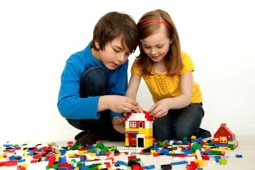 Kids-playing-with-LEGO1